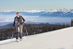 Een skiër loopt in de bergen stock foto's