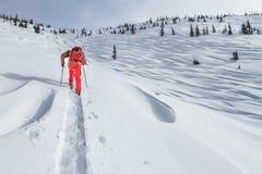 Een skiër loopt in de bergen royalty-vrije stock foto