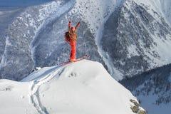 Een skiër loopt in de bergen stock foto