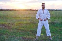 Een slanke mens is bezig geweest met karate bij zonsondergang, vrije ruimte voor u royalty-vrije stock afbeelding
