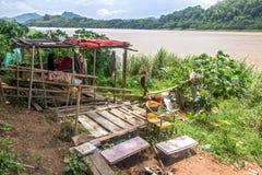 Een slechte keet op de banken van de Mekong Rivier Stock Afbeelding