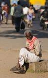 Een slechte oude mens in krottenwijk Royalty-vrije Stock Foto