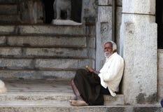 Een slechte oude mens in krottenwijk stock afbeelding