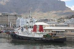 Een sleepboot in de haven die van Cape Town wordt vastgelegd royalty-vrije stock afbeelding
