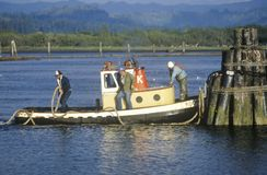 Een sleepbootboot in het Noordenkromming, Oregon Stock Foto's