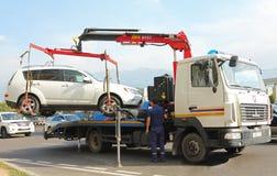 Een slepenvrachtwagen laadt de auto voor evacuatie stock afbeelding