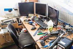 Een slordige Desktop met stapels dossiers en andere documenten, al soort bureaulevering en een deel van een toetsenbord royalty-vrije stock foto's