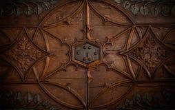 Een slot in een oude borstdeur stock foto's