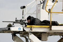 Een sluipschutter streeft zijn wapen beveiligend het gebied als President Barack O royalty-vrije stock afbeelding