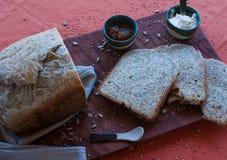 Een smakelijk en gezond ontbijt in een houten lijst over een bruine achtergrond stock afbeelding