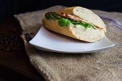 Een smakelijke baguettesandwich op de lijst stock fotografie