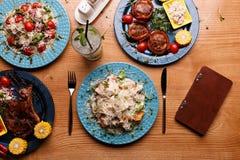 Een smakelijke lunch wordt opgemaakt royalty-vrije stock foto's