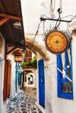 30 06 2016 - Een smal straathoogtepunt van opslag en tradtitionalrestaurants in de oude stad van Naxos Royalty-vrije Stock Foto