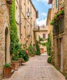 Een smalle en schilderachtige weg in Pienza, Provincie van Siena, Toscanië, Italië royalty-vrije stock foto
