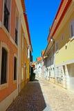 Een smalle straat in Lissabon Royalty-vrije Stock Afbeelding