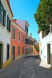 Een smalle straat in Lissabon Stock Afbeeldingen