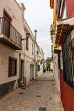 Een smalle straat in stad royalty-vrije stock afbeeldingen