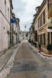 Een smalle straat van een oude stad royalty-vrije stock foto's