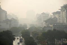 Een smoggy straat in Xian, China dat in 2008 wordt genomen Stock Fotografie