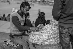 Een snackverkoper in Varanasi ghaat Holly Ganga ghaat stock foto's