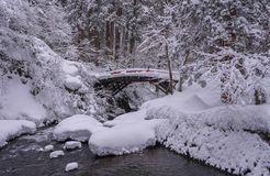 Een Sneeuwbrug in Noordelijk Japan royalty-vrije stock afbeelding