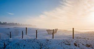 Een sneeuwheuvel tijdens een mistige zonsopgang in het Piekdistrict na een sneeuwonweer royalty-vrije stock foto