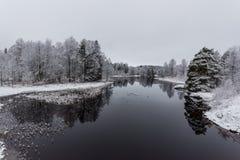 Een sneeuwlandschap die water en ijs overzien Royalty-vrije Stock Foto