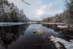 Een sneeuwlandschap die water en ijs overzien Stock Afbeelding