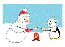 Een sneeuwman en een pinguïn roosterende heemst royalty-vrije stock fotografie