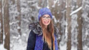 Een sneeuwstorm in December Gelukkig meisje in de sneeuw stock footage