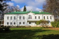 Een sneeuwwit huis met een groen dak in het landgoed van Telling Leo Tolstoy in Yasnaya Polyana in Oktober 2017 stock foto