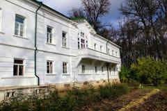 Een sneeuwwit huis met een groen dak in het landgoed van Telling Leo Tolstoy in Yasnaya Polyana in Oktober 2017 stock fotografie