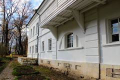 Een sneeuwwit huis met een groen dak in het landgoed van Telling Leo Tolstoy in Yasnaya Polyana in Oktober 2017 stock afbeelding