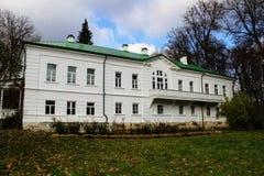 Een sneeuwwit huis met een groen dak in het landgoed van Telling Leo Tolstoy in Yasnaya Polyana in Oktober 2017 royalty-vrije stock foto