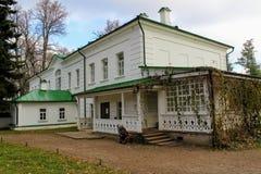 Een sneeuwwit huis met een groen dak in het landgoed van Telling Leo Tolstoy in Yasnaya Polyana in Oktober 2017 royalty-vrije stock afbeeldingen