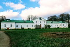 Een sneeuwwit huis met een groen dak in het landgoed van Telling Leo Tolstoy in Yasnaya Polyana in Oktober 2017 stock afbeeldingen
