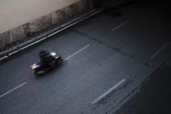 Een snel bewegende motorrijder die in een tunnel gaan stock foto