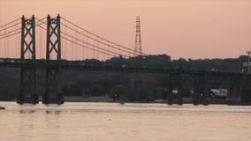 Een snelheidsboot glijdt onder een brug van de Mississippi stock video