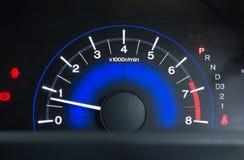 Een snelheidsmeter is maat die maatregelen en vertoningen, de vertoning van het Autodashboard stock foto