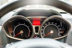 Een snelheidsmeter is maat die maatregelen en vertoningen, de vertoning van het Autodashboard royalty-vrije stock foto's