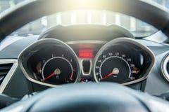 Een snelheidsmeter is maat die maatregelen en vertoningen, de vertoning van het Autodashboard royalty-vrije stock afbeeldingen