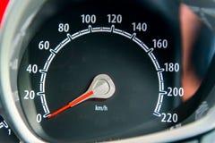 Een snelheidsmeter is maat die maatregelen en vertoningen, de vertoning van het Autodashboard stock fotografie