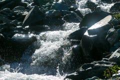 Een snelle bergstroom in de bergen royalty-vrije stock foto