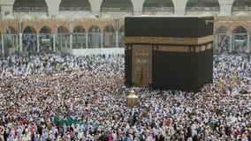 Een snelle door:sturen lengte van Moslimpelgrims die Kaabah circumambulating stock video