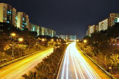 Een snelweg die door flats wordt omringd Stock Fotografie