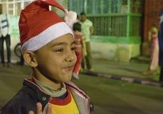 Een snoepje weinig jongenskleding in santaclown op Kerstmis stock afbeelding