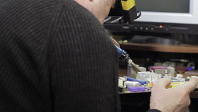 Een soldeerbout in zijn handen stock footage