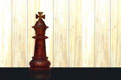 Een solitair die koningsstuk van een schaakreeks van hout wordt gemaakt Schaakkampioenschap royalty-vrije stock afbeeldingen