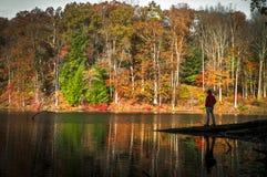 Een solitair ogenblik in Rose Lake bij Hocking-Heuvels in de herfst Royalty-vrije Stock Fotografie