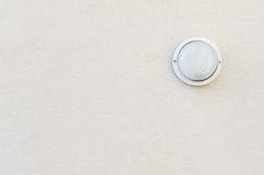 Een solitaire lamp op een bleke geweven muur Royalty-vrije Stock Afbeelding